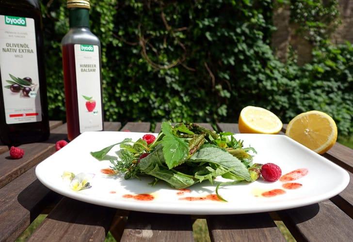 Der ideale Sommersalat: Wildkräutersalat mit Spargel und Himbeerdressing