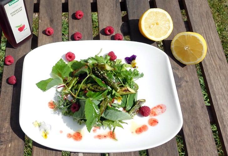 Perfekter Sommersalat: Wildkräutersalat mit Spargel und Himbeerdressing