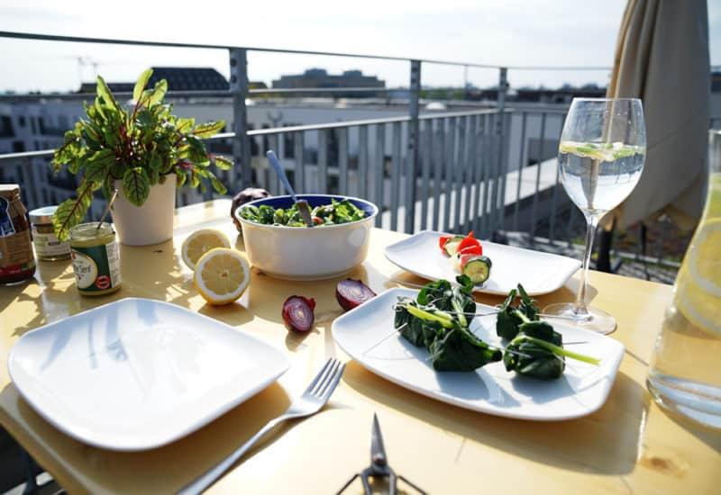 gesunde Grillideen Salat und Spieße